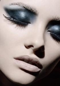 Карие глаза можно подчеркнуть черными тенями