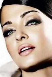 Брюнеткам со смуглой кожей и зелеными глазами подойдет тональный крем и пудра персикового оттенка