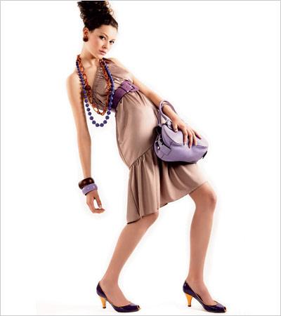 Фиолетовый отлично смотрится с коричневым цветом.