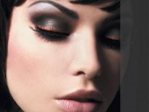 Для вечернего макияжа подходит вся цветовая палитра теней