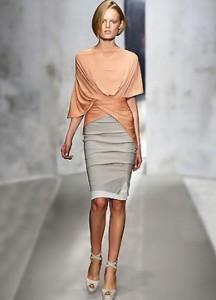 Для праздничного вечера выбирайте яркие и женственные блузы