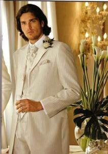 Светлый костюм отличный выбор для свадьбы