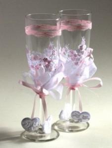 Для декорирования свадебных бокалов подойдут стразы